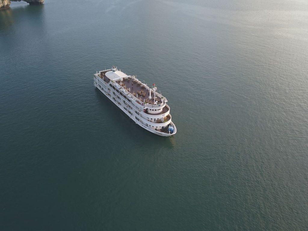 cruise shio in Halong bay