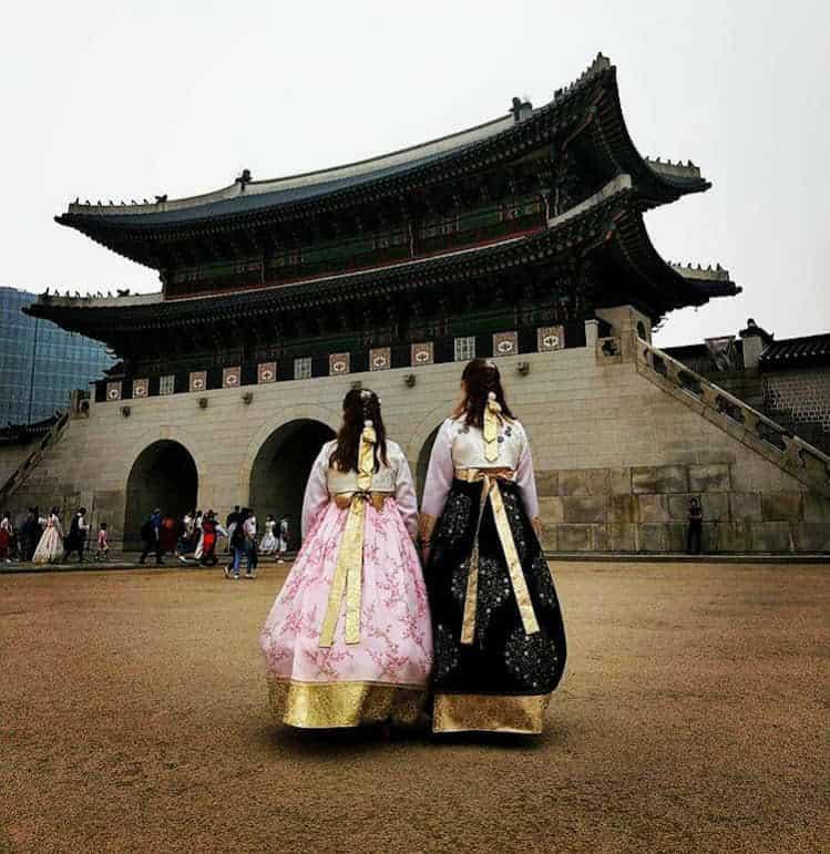 2 teens dressed in traditional Korean dress